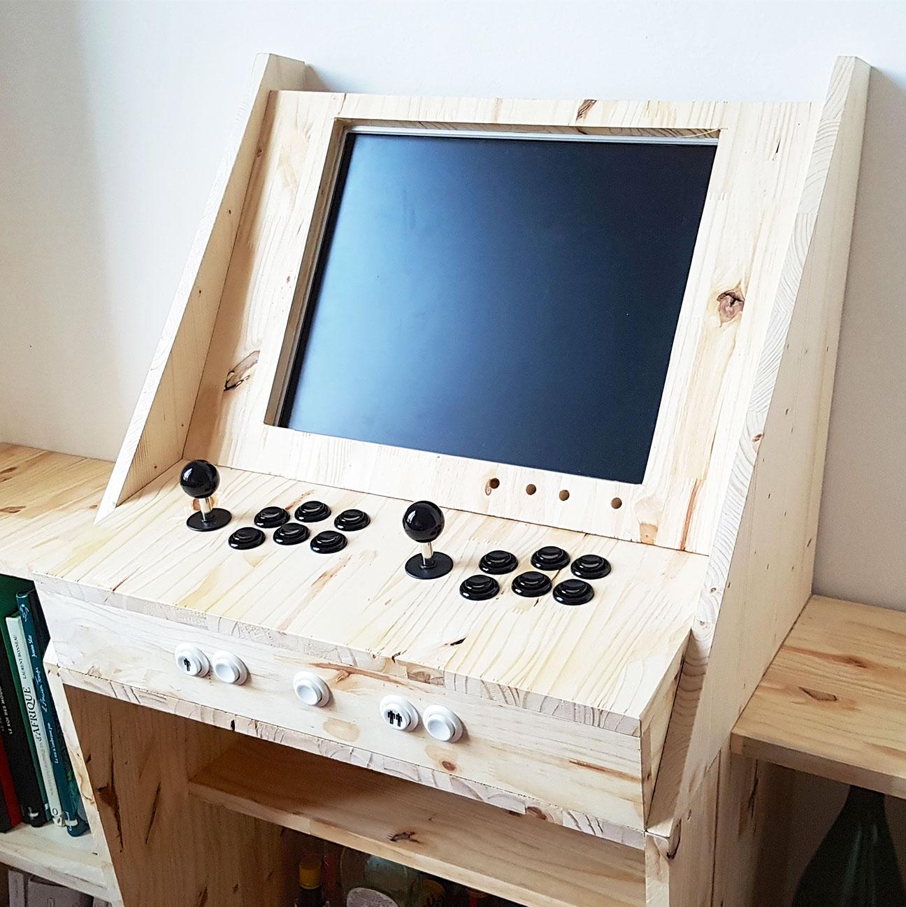 Création DIY d'une borne d'arcade combinant jeux vidéo, bar et bibliothèque. Une interprétation moderne et très personnelle de la borne d'arcade.
