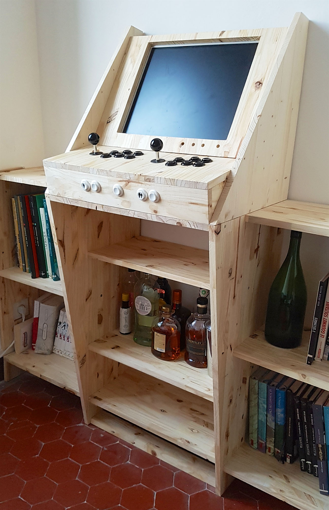 DIY creation of an arcade cabinet combining video games, bar and library. A modern and very personal interpretation of the arcade cabinet.